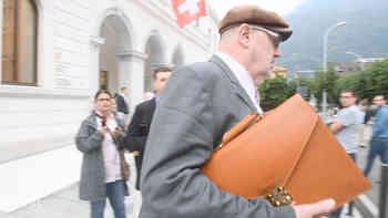 Dieter Behring verlässt das Gericht