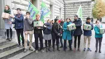 Junge Grüne reichen Unterschriften für Zersiedelungsinitiative ein