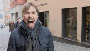 «Ô falli bambla»: Passanten rezitieren in Zürich das Dada-Gedicht «Die Karawane» von Hugo Ball vor dem Cabaret Voltaire