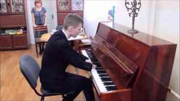 Alexej hat keine Hände – und rührt Menschen weltweit mit seinem Klavierspiel