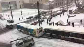 Auto-Ballett: In Montreal rutschen die Schneepfluge in Autos in Busse