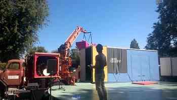 Oltner Stadtpräsident Martin Wey fliegt auf einem pinkem Enzo-Möbel