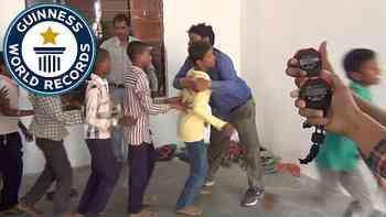 Weltrekord im Umarmen: Dieser Inder hat 79 Menschen in einer Minute umarmt.