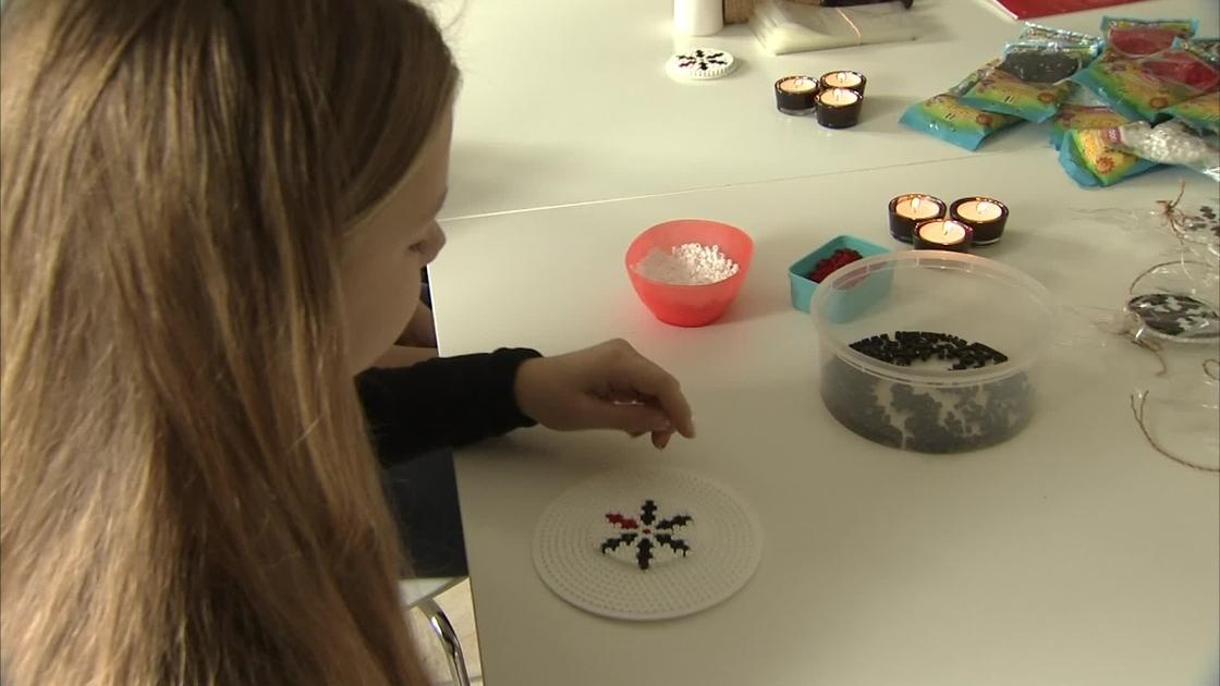 13-årige Sarah laver perleplader til fordel for kræftramte | TV2 Nord
